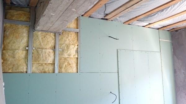 Обрешётка под гипсокартонные листы, позволяет дополнительно утеплить и звукоизолировать стены, что очень часто применяется в частных домах