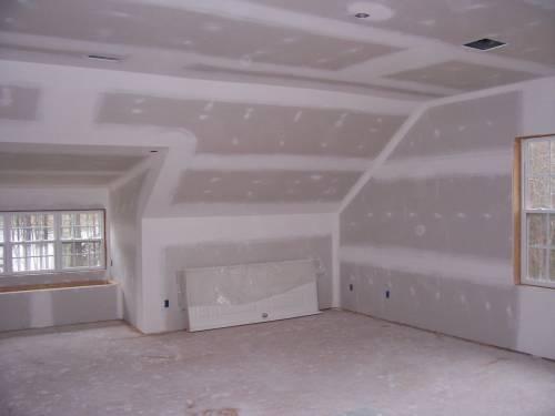Обшивка стен или потолка листами гипсокартона подходит для любого помещения, выравнивая стены и утепляя комнату на фото