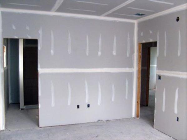 Оклеивая гипсокартонными листами стены, вы не тратитесь на дополнительные расходы, типа балок, реек, дюбелей или саморезов, к тому же не нужны и дополнительные инструменты