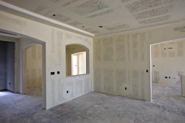 Оклеивая стены гипсокартонными листами, вы не сможете в дальнейшем использовать на них отделку тяжёлыми отделочными материалами