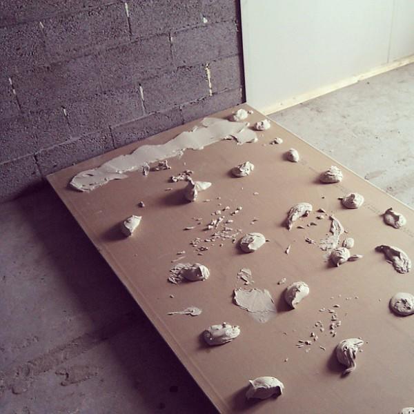 Оклейка стен гипсокартонными листами без сооружения каркаса, намного проще, легче и наименее затратно