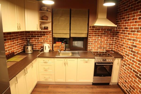Отделка стен кухни кирпичной кладкой, подходит к некоторым современным стилям интерьера, но точно не подойдёт к классическому оформлению