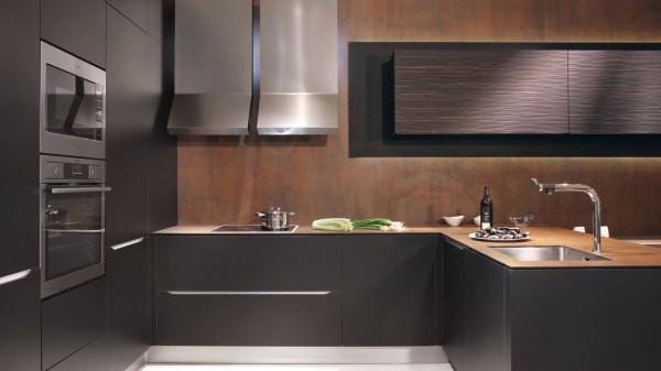 Панели из мдф на стенах кухни выглядят, как отделка деревом, но намного дешевле и удобней в уходе
