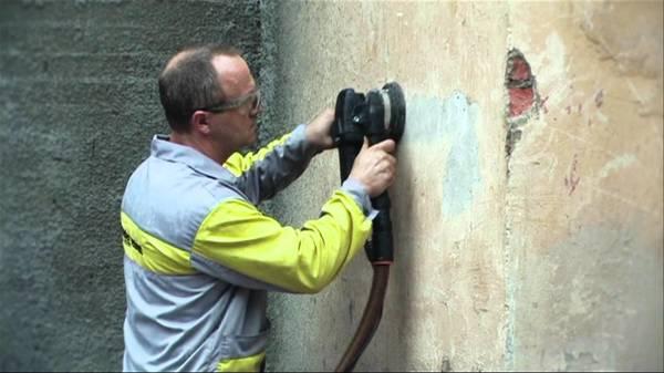 Перед оклейкой стен гипсокартонными листами их нужно полностью очистить от старой отделки до самого основания