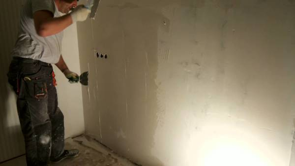 Перед оклейкой стен листами гипсокартона стоит подготовить стены, чтобы в будущем под ними не появилась плесень или грибок
