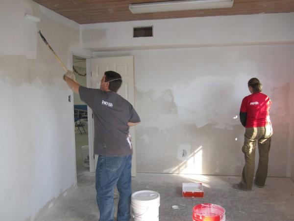 Перед тем, как обшивать стены гипсокартонными листами, стены необходимо подготовить, убрать остатки старой отделки и нанести специальный защитный состав