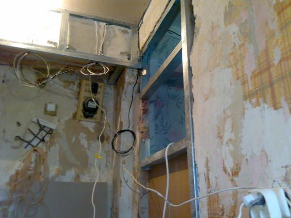 Подготавливая стены под обшивку гипсокартоном, необходимо избавиться от старой отделки и обработать их защитными средствами, чтобы впоследствии не переживать за появление плесени или грибка