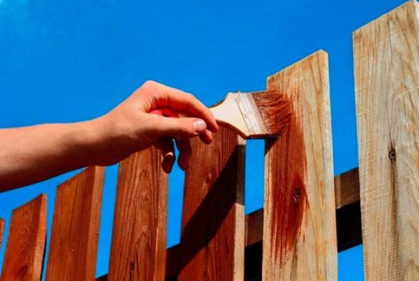 Покраска деревянного забора своими руками – работа не сложная, но кропотливая