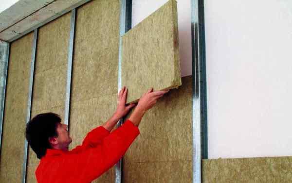 Построение каркаса под обшивку стен гипсокартоном, даёт дополнительные возможности, например, можно утеплить стены