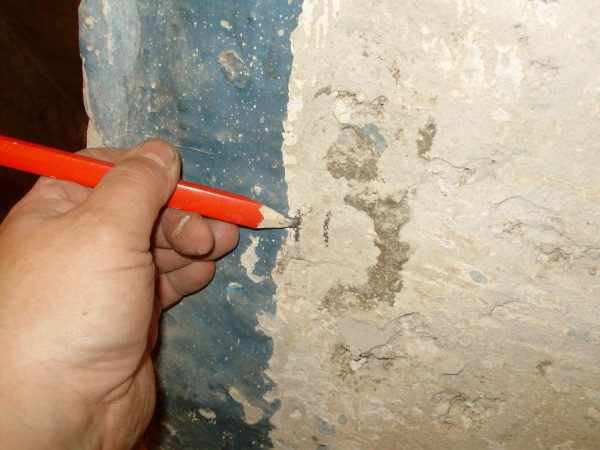 Прежде всего, перед монтажом каркаса для обшивки стен гипсокартоном, их необходимо подготовить, как и всё остальное, к примеру, инструменты