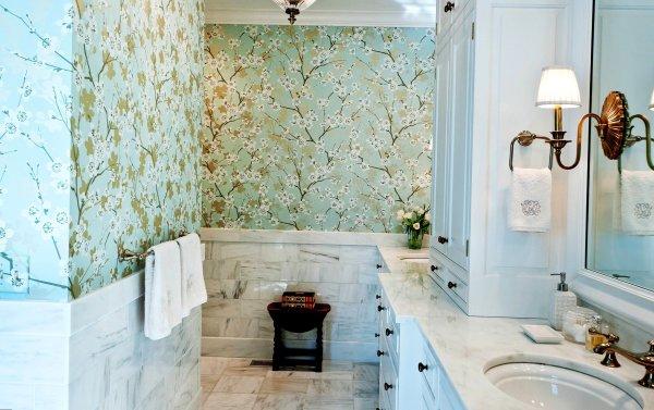 При большом желании, можно найти флизелиновые обои с повышенной влагостойкостью, и они запросто украсят вашу ванную комнату
