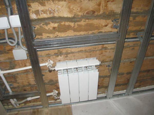 При непосредственном оклеивании стен листами гипсокартона, вы не сможете спрятать за ними трубы и провода домашних коммуникаций