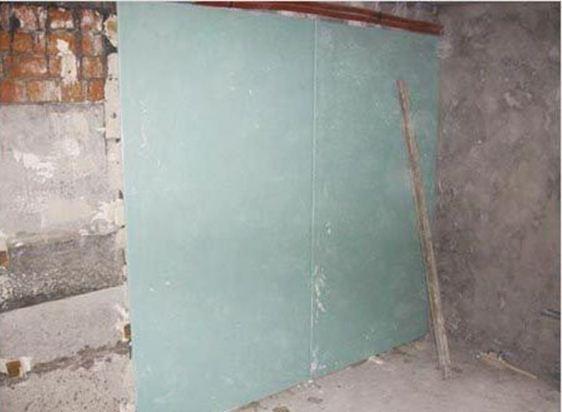 При оклейке гипсокартоном внешних стен, не стоит забывать о конденсате, которому подвержены эти стены, так как в будущем гипсокартон может отсыреть и покрыться плесенью