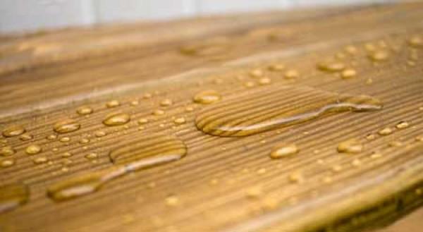 Придавая дереву водоотталкивающие свойства, восковая пропитка не лишает его паропроницаемости