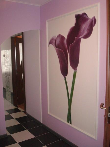 Пример, как можно оформить стену в прихожей, хорошо, если цвета на фотообоях будут повторяться в остальном интерьере комнаты, возможно на тон светлее или темнее, это создаст более гармоничный интерьер помещения