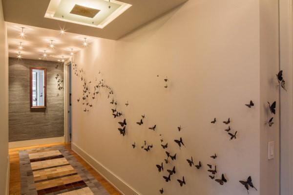 Пример, как оформить пустую стену в коридоре дополнительными декораторскими аксессуарами