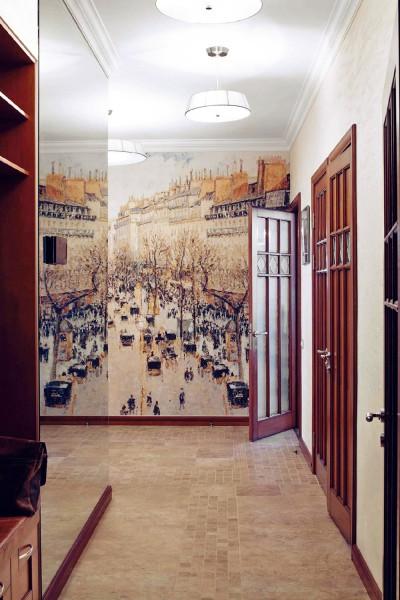 Пример, как оформить стену в прихожей с помощью фотообоев с изображением старой улицы города, они дают перспективу и визуально увеличивают пространство помещения