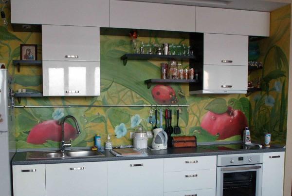 Привлекательности и оригинальности простой кухне могут добавить её стены, отделанные различными отделочными материалами