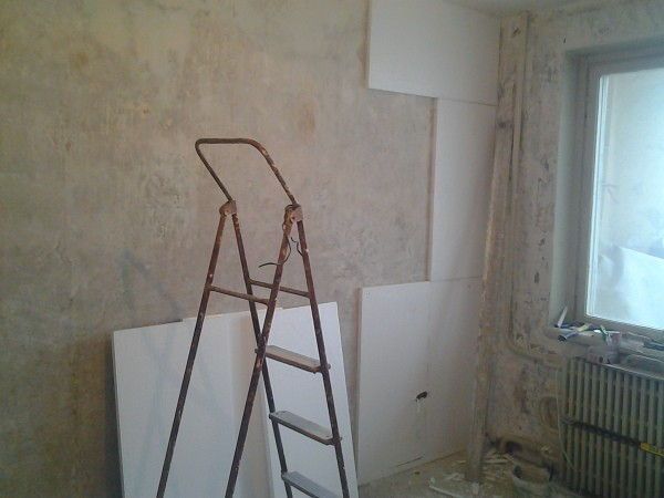 Простота и лёгкость монтажа гипсокартонных листов на стены, позволяет сделать это самому, своими руками и не займёт много сил и времени