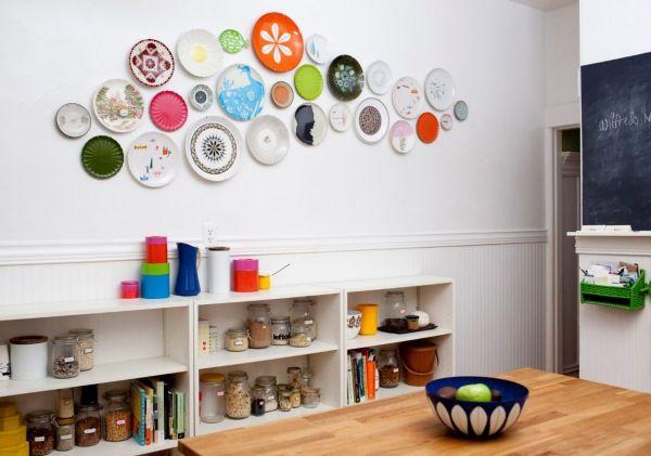Размещение тарелок на белой стене