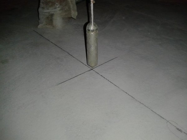 Разметка под каркас для гипсокартонной конструкции должна быть не только на стенах, но и на полу и на потолке, чтобы конструкция получилась как можно ровнее
