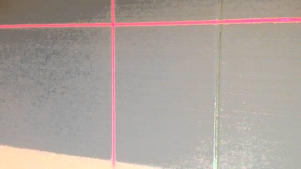Разметка стен лазерным уровнем не всем по карману, но это наиболее точная разметка, какая может быть, и если вы собираетесь работать в этой сфере, то вам она будет необходима