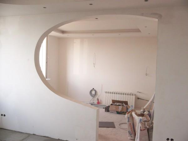 С помощью гипсокартона вы можете сооружать перегородки для зонирования помещения, собирая для начала металлический каркас и обшивая его листами гипсокартона