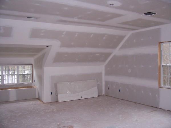 С помощью гипсокартона вы можете выровнять любую поверхность и сделать дополнительное утепление стен и звукоизоляцию