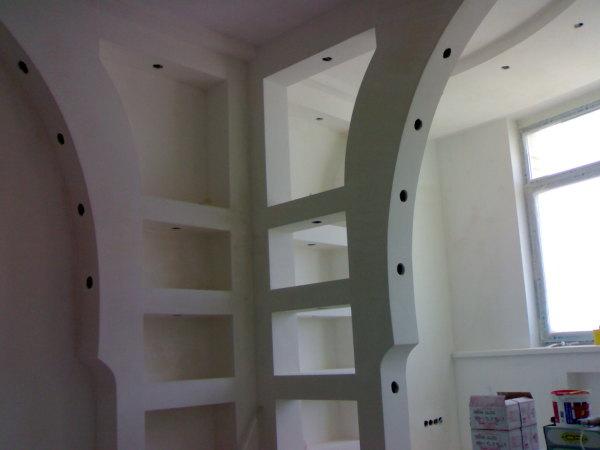 С помощью гипсокартонных конструкций можно создать интересный и неповторимый интерьер в помещении или же разделить комнату на зоны, а также встроить внутрь дополнительную подсветку