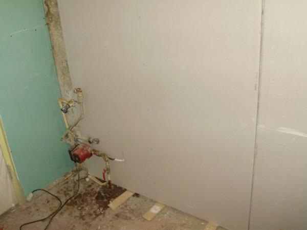 С помощью каркаса можно спрятать трубы и провода, способ монтажа гипсокартона при помощи клея, не позволяет прятать коммуникации
