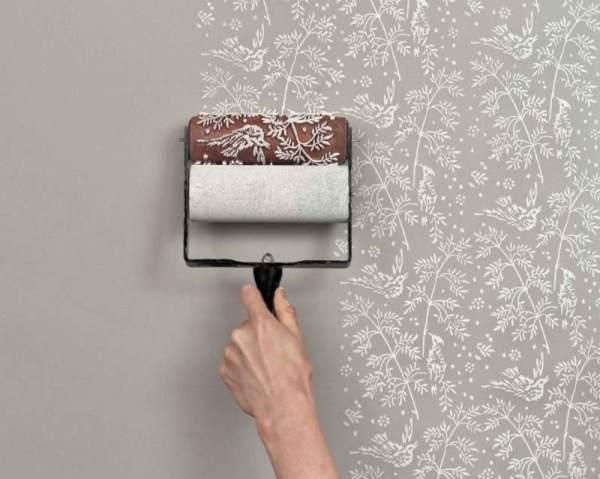 С помощью краски и трафаретного валика, можно создавать орнамент на стенах