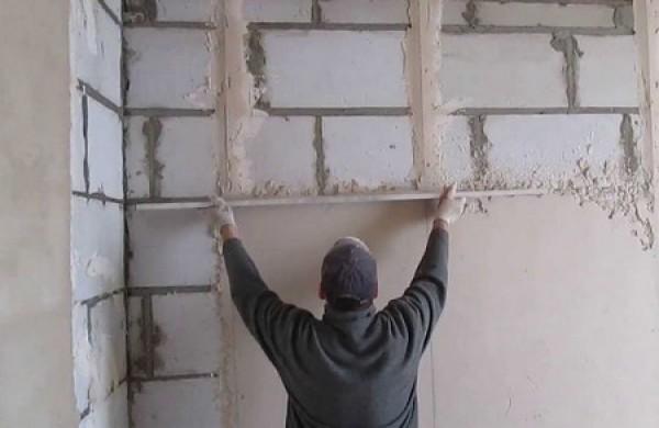 Штукатурка гипсовая белая старатели широко используется для выравнивания поверхностей и их подготовки к нанесению декоративного покрытия.