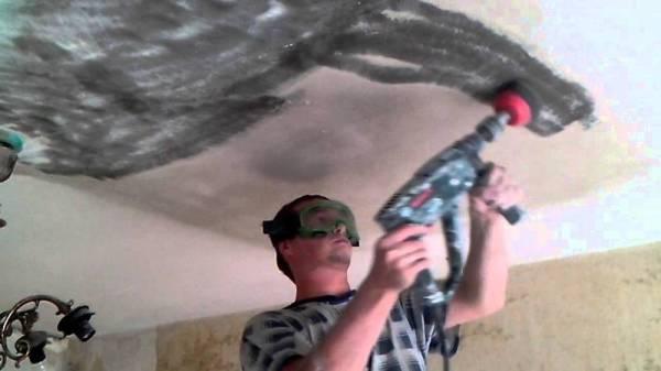 Снятие извести на потолке шлифмашинкой