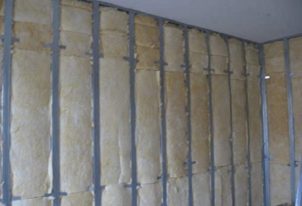Создание обрешётки для крепления листов гипсокартона на стены, позволяет создать дополнительную тепло и шумоизоляцию в помещении