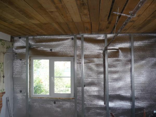 Специальный фольгированный отражатель, улучшающий изоляцию стен