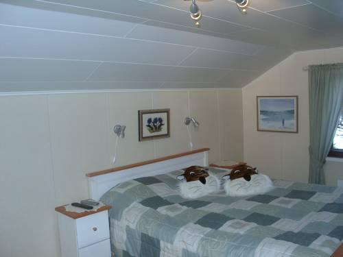Стены и потолок спальни, отделанные пластиковыми панелями