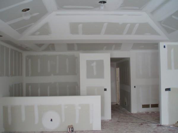 Стены, обшитые гипсокартоном, становятся очень ровными и на них можно использовать любую декоративную отделку