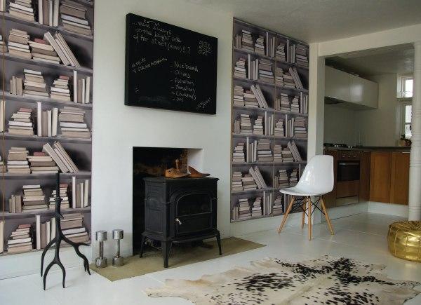 В наше время рисунки и текстура обоев может имитировать не только строительные и отделочные материалы, но и предметы мебели, например, книжные стеллажи