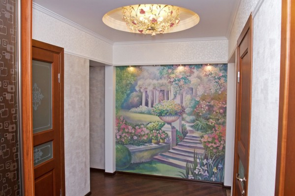 Варианты оформления стен прихожей с помощью фотообоев с изображением летнего разноцветного сада, они принесут хорошее настроение даже в зимние морозные дни