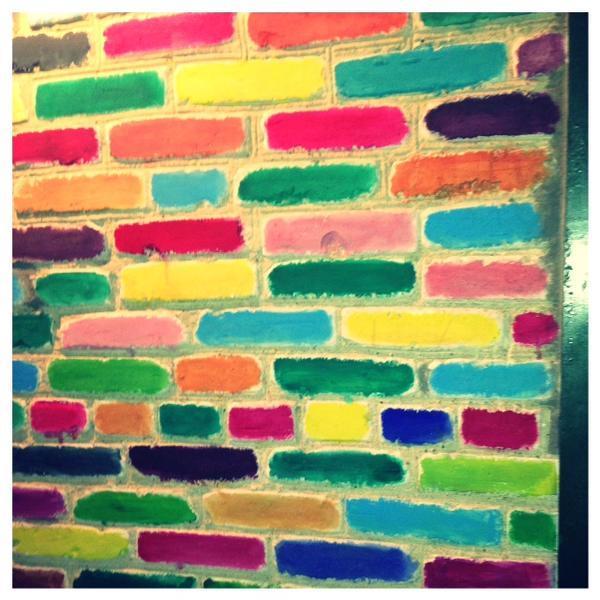 Вот так своими руками можно раскрасить кирпичную стену