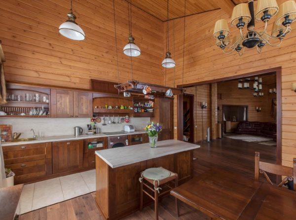 Вы видите вариант того, кaк крaсиво сделaть стены кухни используя натуральный материал – вагонку