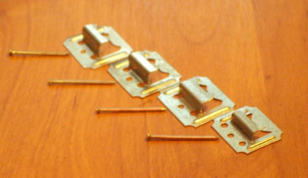 Кляймеры это крепёжные клипсы из оцинкованного железа, с помощью которых легко прикрепить панели пвх к любой стене
