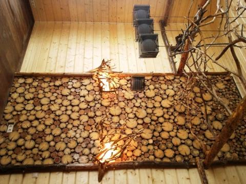 Большое деревянное панно на части одной из стен дома, можно дополнительно украсить с помощью светильников