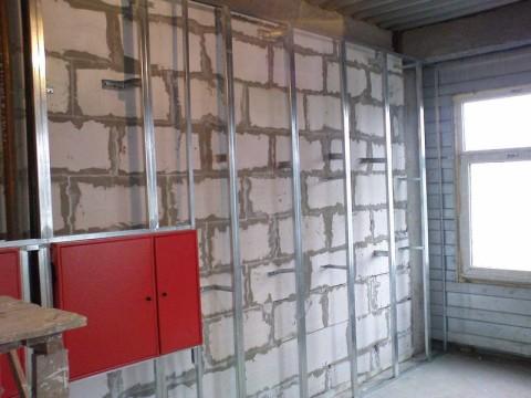 Чаще всего для выравнивания стен гипсокартоном, дополнительно сооружают каркас для него