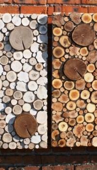 Даже квадратные панно с набором различных по размерам деревянных элементов, могут смотреться эстетично