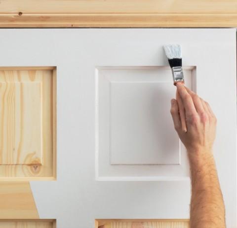 Деревянную дверь можно покрасить своими руками