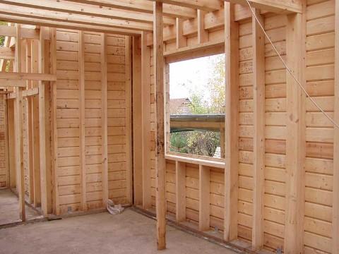 Для выравнивания стен гипсокартоном в деревянных домах есть ряд важных правил