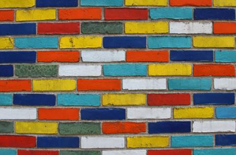 Если в вашей семье есть маленькие дети, то разноцветная фасадная краска для кирпичных стен, очень им понравится, радуя своими насыщенными цветами и оттенками