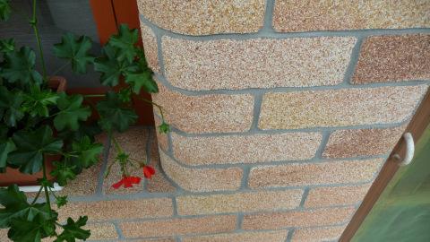 Фактурная краска для кирпича с каменной крошкой, может преобразить стены вашего дома, сделав их более эстетичными и дорогими