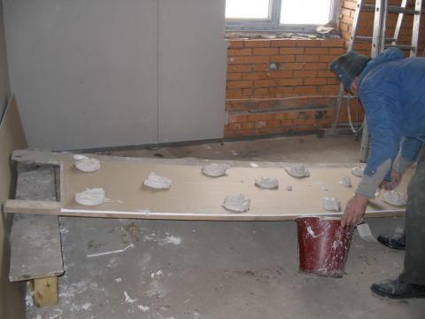 Гипсокартон можно клеить прямо на стену, при условии, что она относительно ровная
